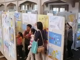 発明想像画コンクール展覧会の様子