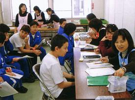 健診会場を統括する医学部保健学科の佐藤由美教授