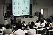 【在学生体験発表】(社会情報学部)学部パンフレッ トや小冊子「Social InformationJournal」は、在学生が社会情報学部で学んだスキルを活かして制作しています。