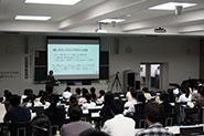 【模擬授業】(社会情報学部)『「計算」ではなく「分析」をする探偵-社会情報学の縦の糸と横の糸』(平田知久 講師)