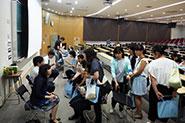 【各種イベントの様子】(説明会後の個別相談)説明会では聴くことのできなかった疑問にも、説明会終了後に教職員や学生が最後までお答えしました。
