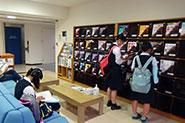 【各種イベントの様子】(図書館自由見学)ラーニングコモンズ「アゴラ」の様子や、約1万冊配架されている英語多読教材コーナーなどを自由に見ることができました。