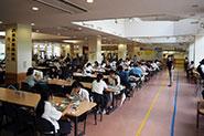 【各種イベントの様子】(学生食堂体験)安い!美味しい!栄養価満点!のメニューが豊富に取りそろえられている学生食堂もたくさんの参加者に体験していただきました。