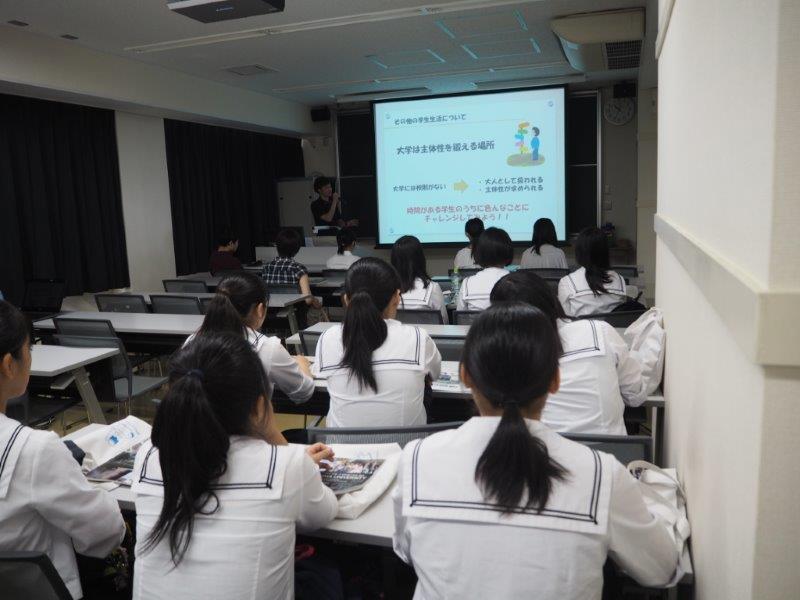 【<A>医学部医学科】低学年から医療の現場で学ぶ早期体験実習やスキルラボセンターでの充実したシュミレーション教育が特徴です。また、1人の教授が卒業まで継続的に担当するチューター制度など、学生サポートも充実しています。