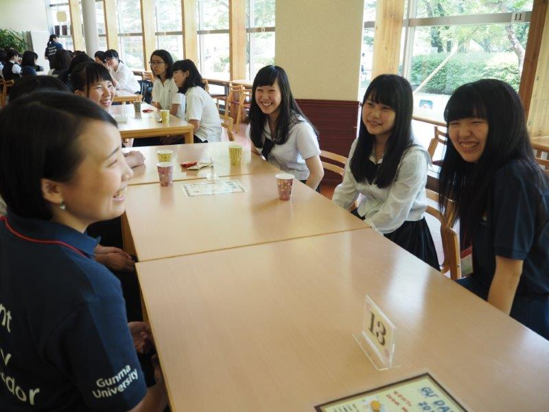 【<D-1>女子カフェ】女子生徒のみなさんが女子学生の先輩たちとお茶をしながらガールズトークで盛り上がっていました。