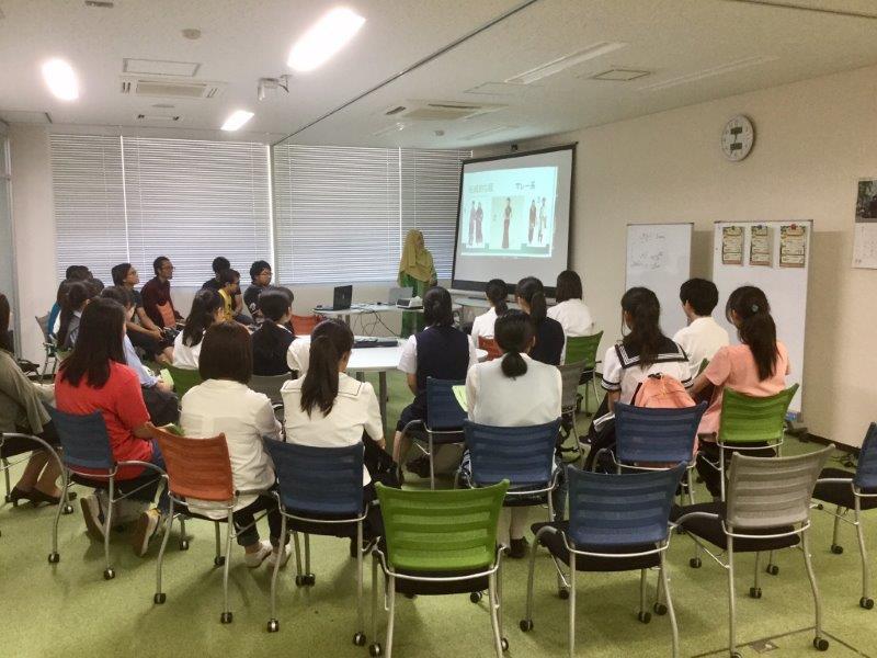 【<L-1>グローバルラウンジ】外国人留学生や外国人教員とのフリートークや、留学経験者の体験談などを聴くことができました。