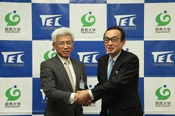 左:群馬大学の峯岸 理事(研究担当)・副学長、右:東洋電装株式会社の坂井 取締役副社長