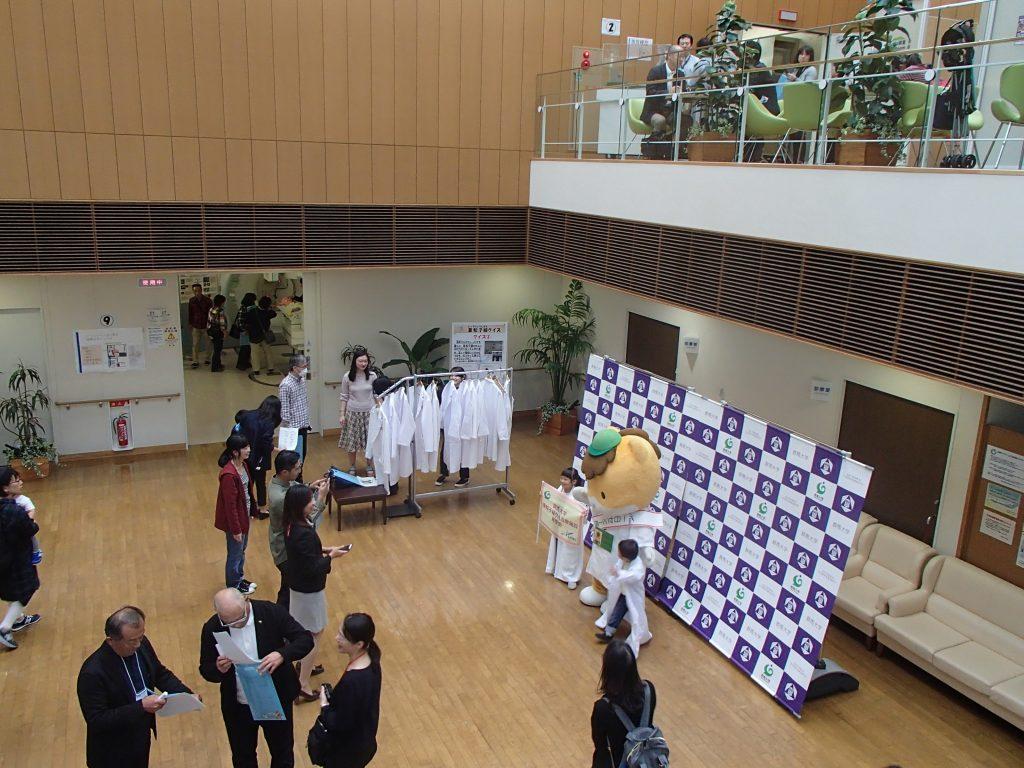「群馬大学重粒子線医学センター見学会」で活躍する学生広報大使