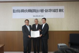 左:齋藤代表幹事、中央:平塚学長、右:坂本代表幹事、